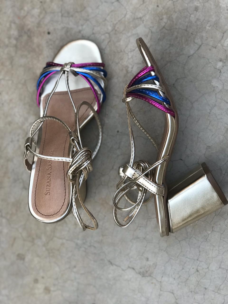 Sandália Dourada com Tiras Coloridas e Amarração Suzana Santos