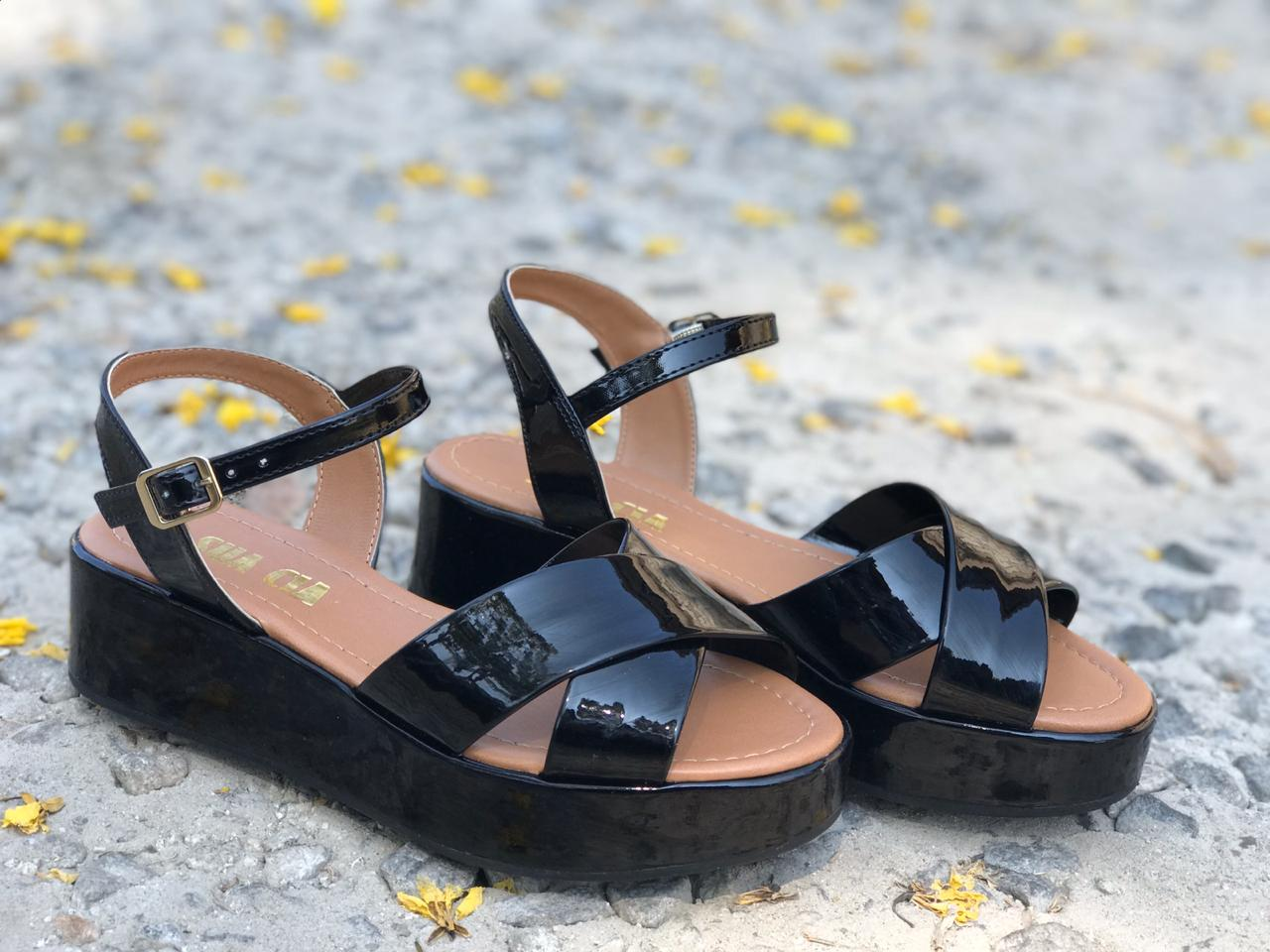 Sandália Flatform de Verniz Preto Sua Cia