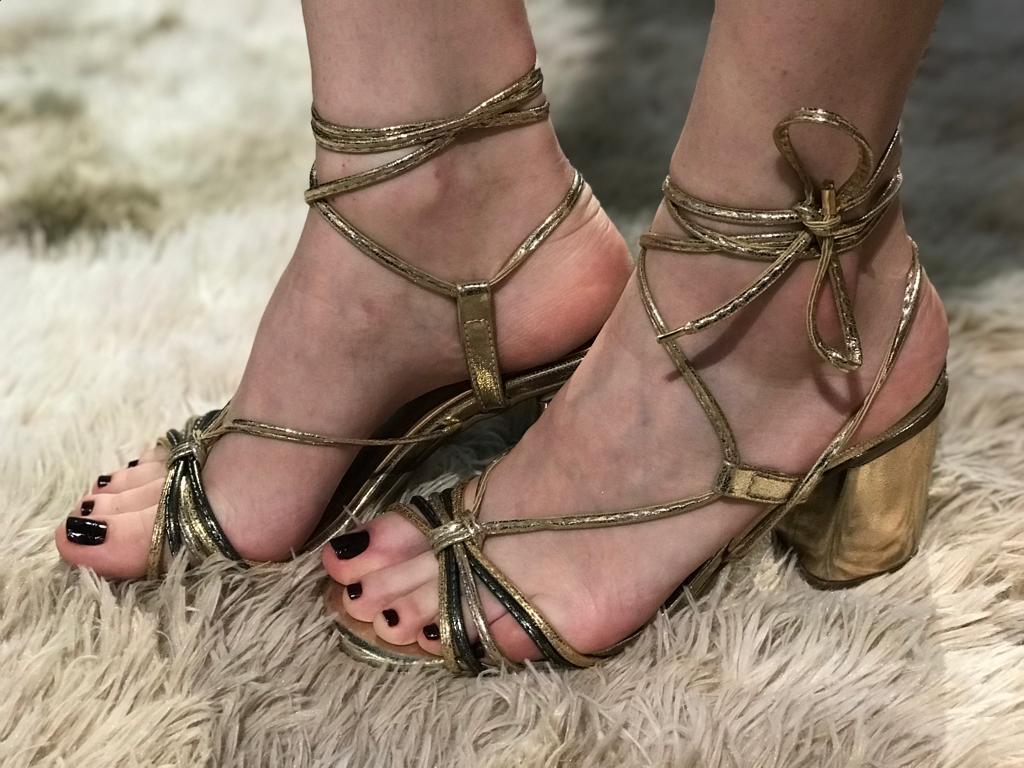Sandália Metalizada Dourada com Tiras e Amarração Suzana Santos
