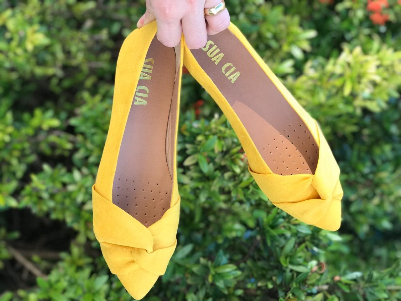 Sapatilha com Detalhe Trançado de Suede Amarelo Sua Cia