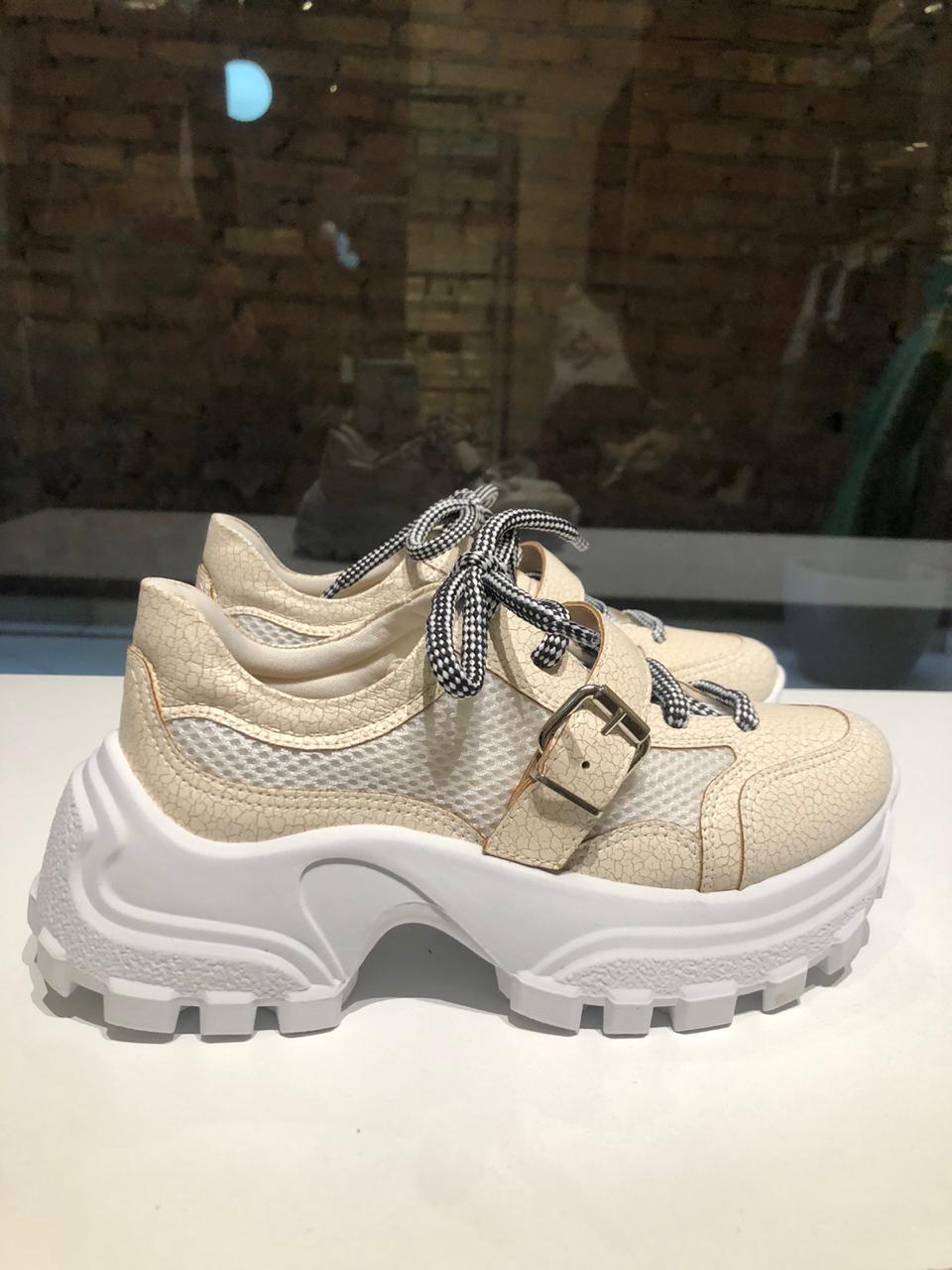 Tênis Chunky Sneaker com Cadarço Listrado Suzana Santos