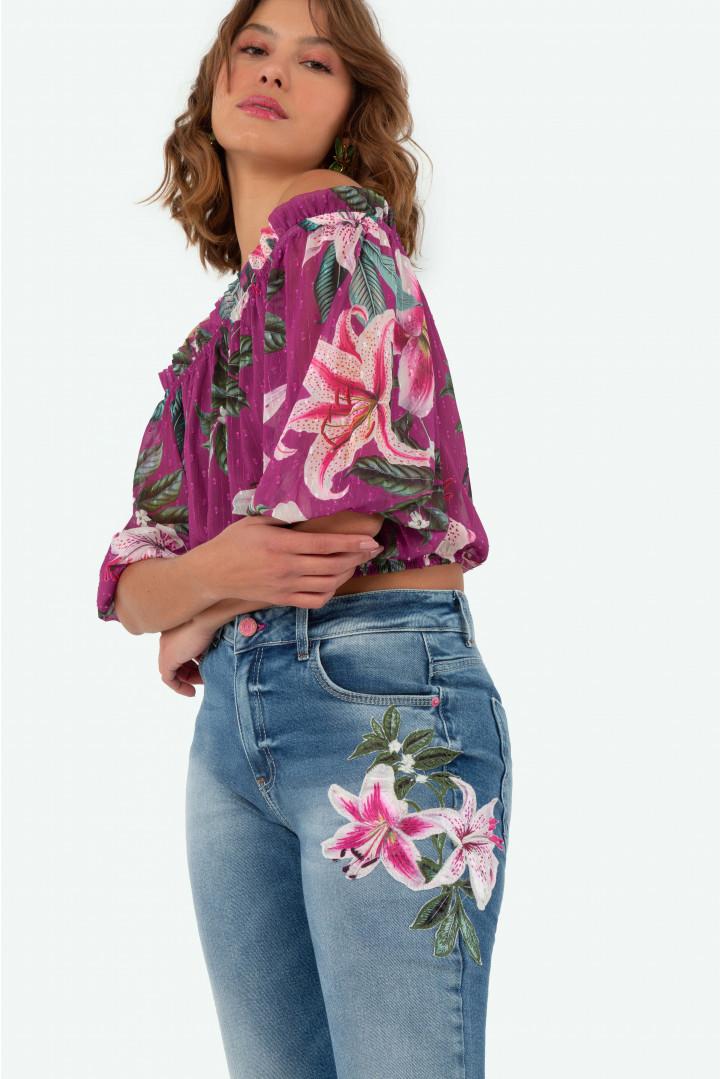 Calça Flor de Lis rubi Cropped com aplicação flores