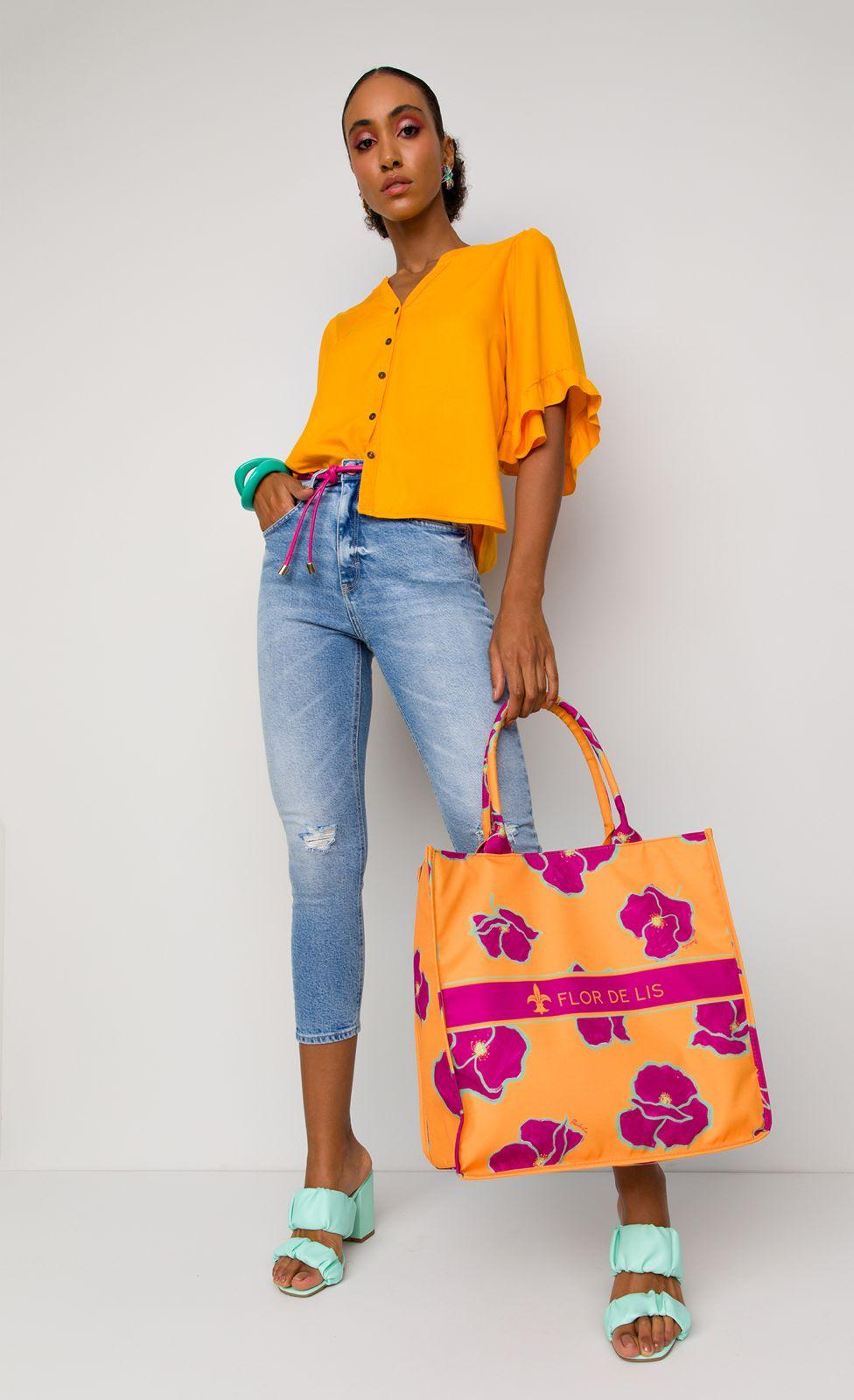 Camisa Flor de Lis solta dobrada
