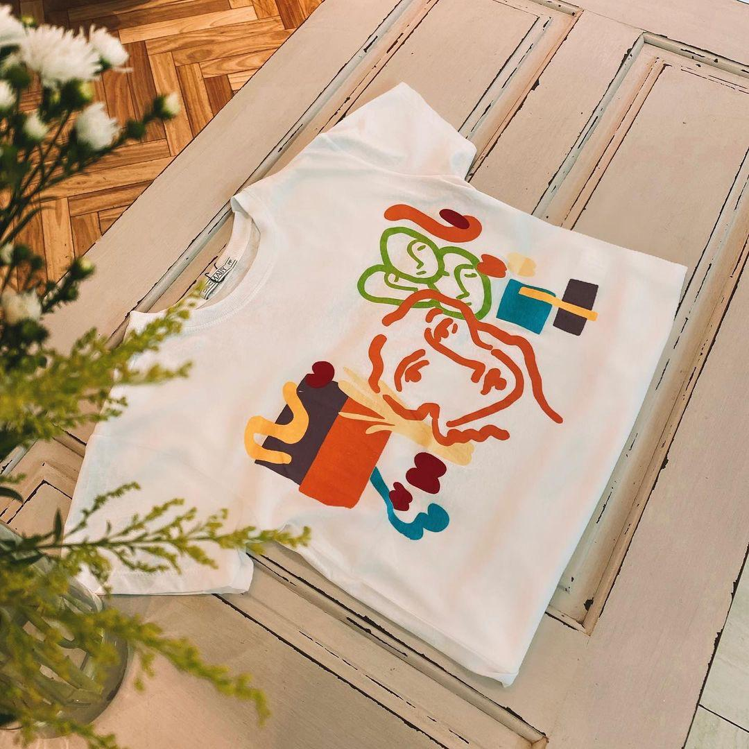 T-shirt Mauy estampa rosto abstrato