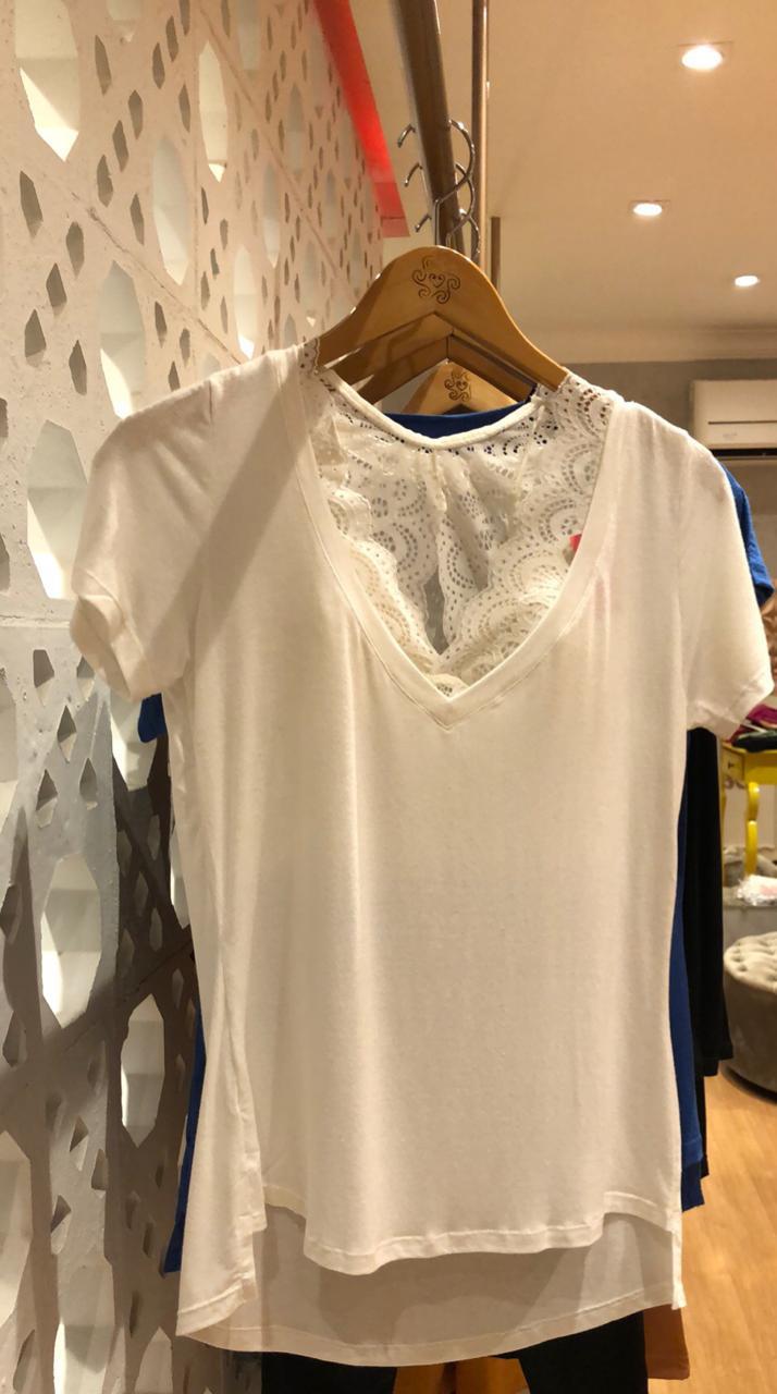 T-shirt podrinha decote v