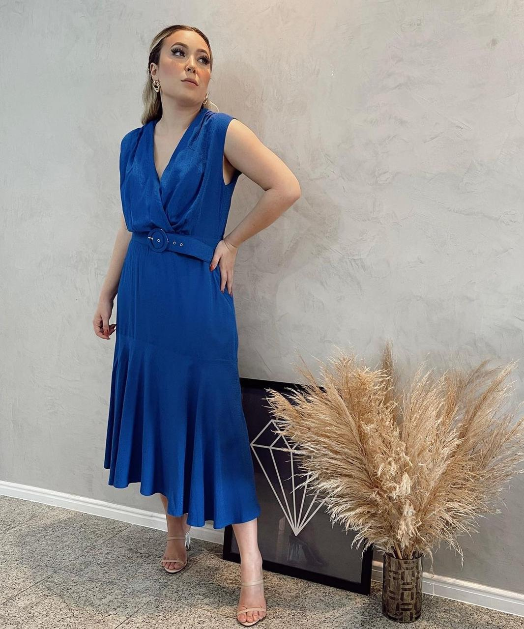 Vestido Mauy midi texturizado com cinto