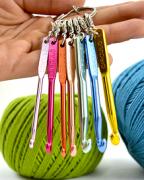 Chaveiro mini agulhas de crochê