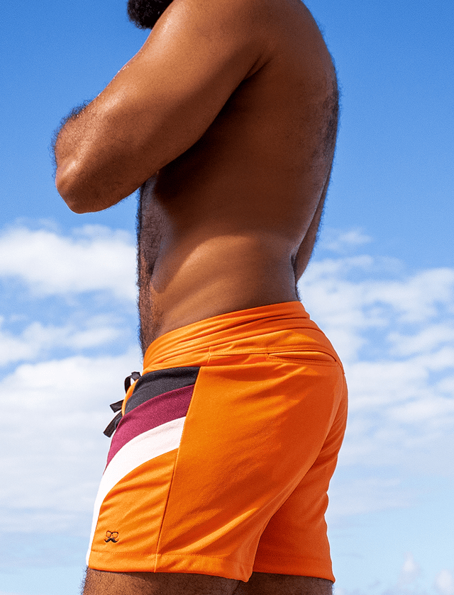 Short laranja com recortes preto, roxo e rosa