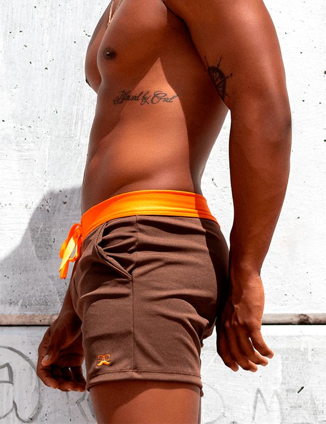 Short marrom com laranja