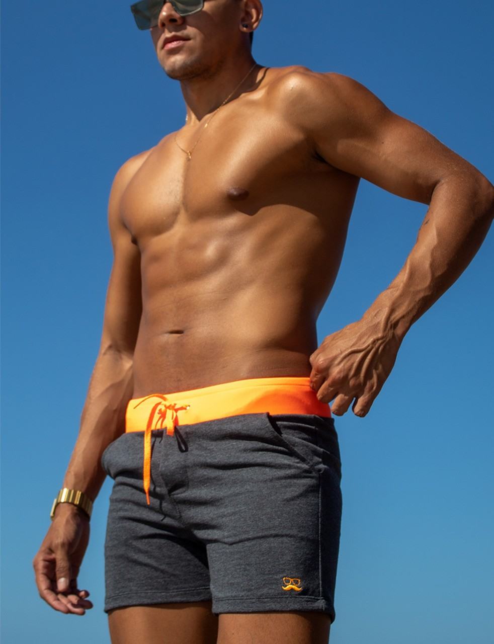 Short masculino de moletom mescla com laranja