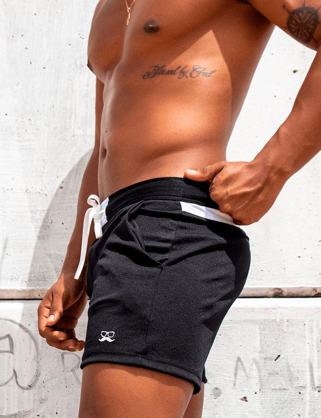 Short preto com detalhes brancos