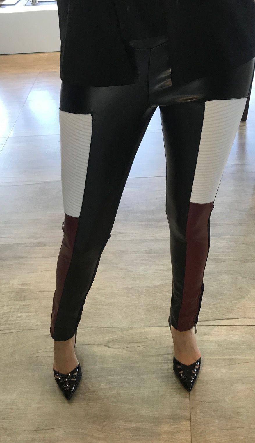 Calça Couro com Detalhe em Branco e Marsala