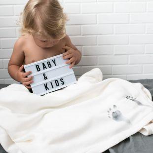 cobertor em estampa das digitais do pezinho e nome do seu bebê