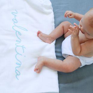 flufi quatro camadas de algodão em estampa nome da criança - 12 opções de cores - com verso em linhas cinza