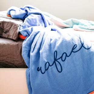 flufi quatro camadas de algodão em cor azul anil borda mostarda em estampa nome da criança