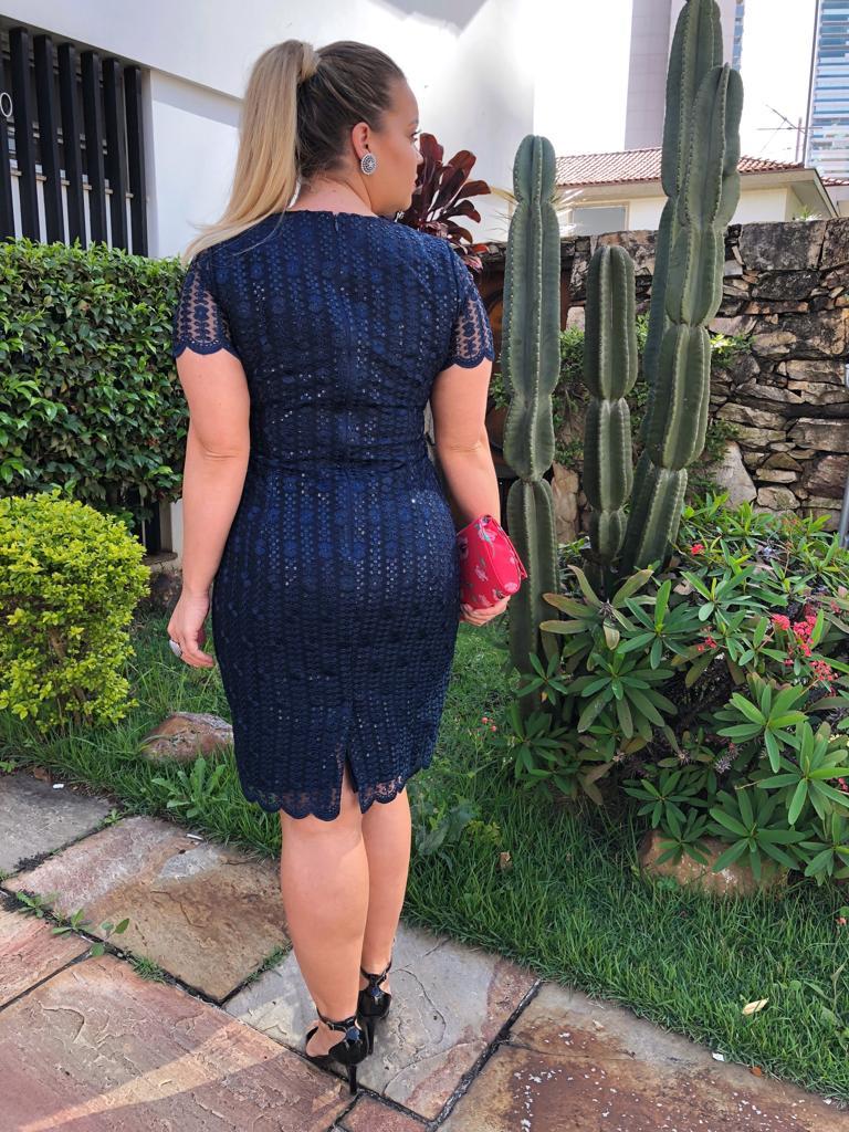 Vestido Plus Size em Tule Bordado com Forro Detalhe Recortes Kauly Moda Evangélica 2399