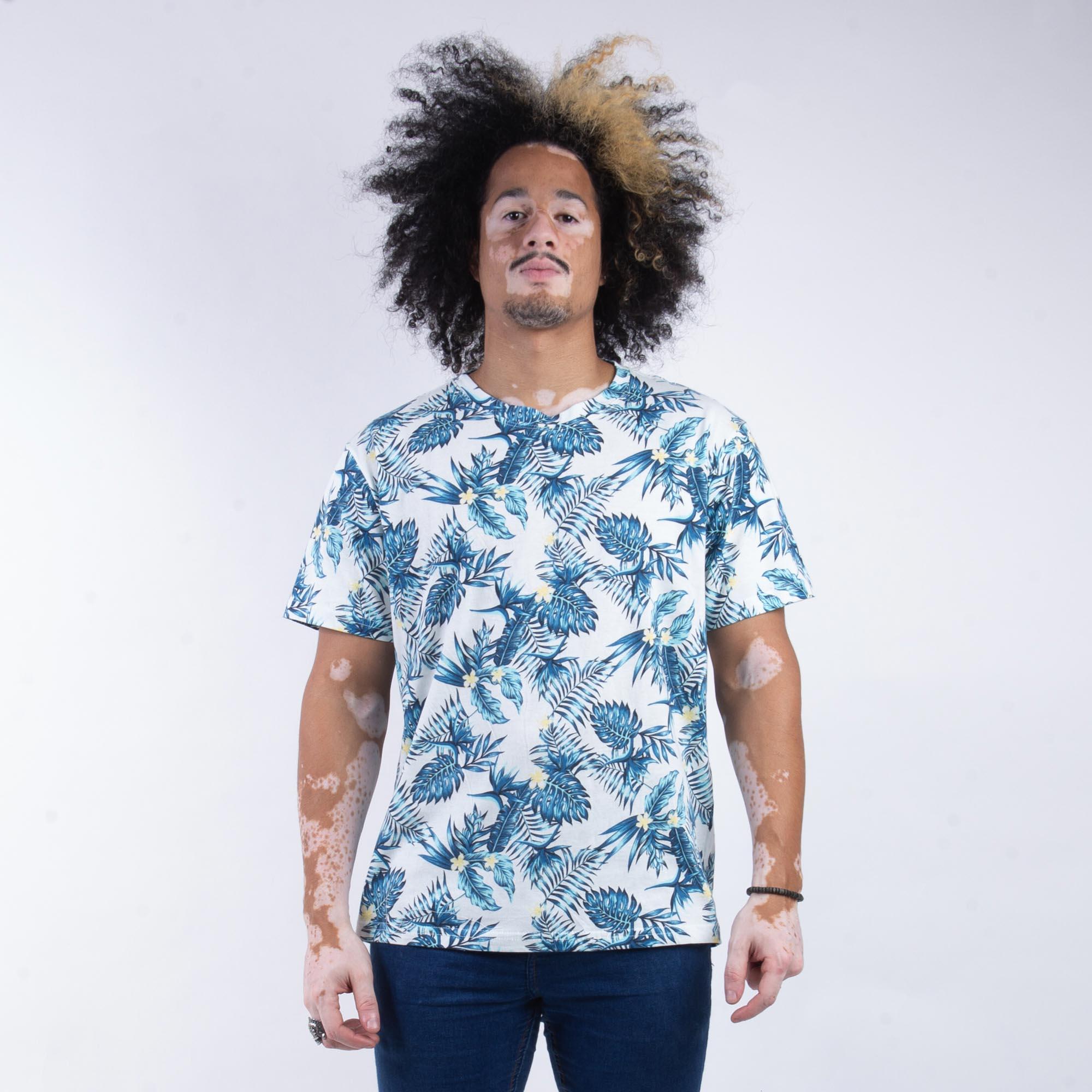 Camiseta Masculina Azul Com Estampa Folhas