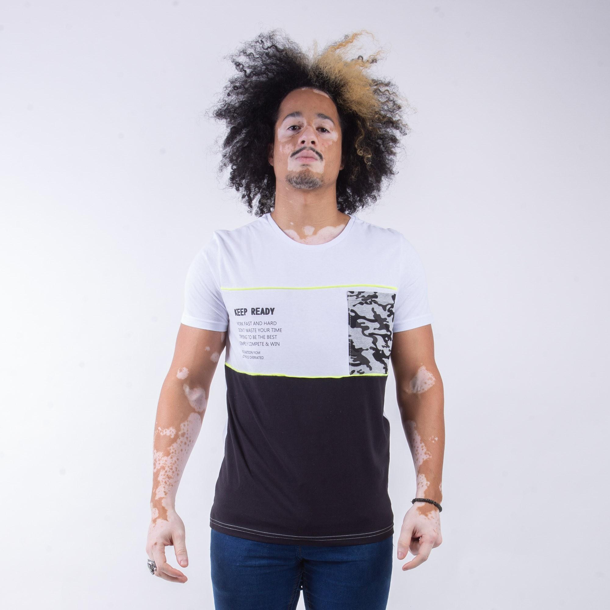 Camiseta Masculina Branca Com Detalhe Verde E Bolso Camuflado