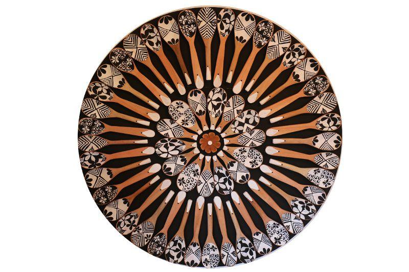 Mandala de Demolição Com Colheres Pintadas À Mão - 0,95 cm  Diâmetro