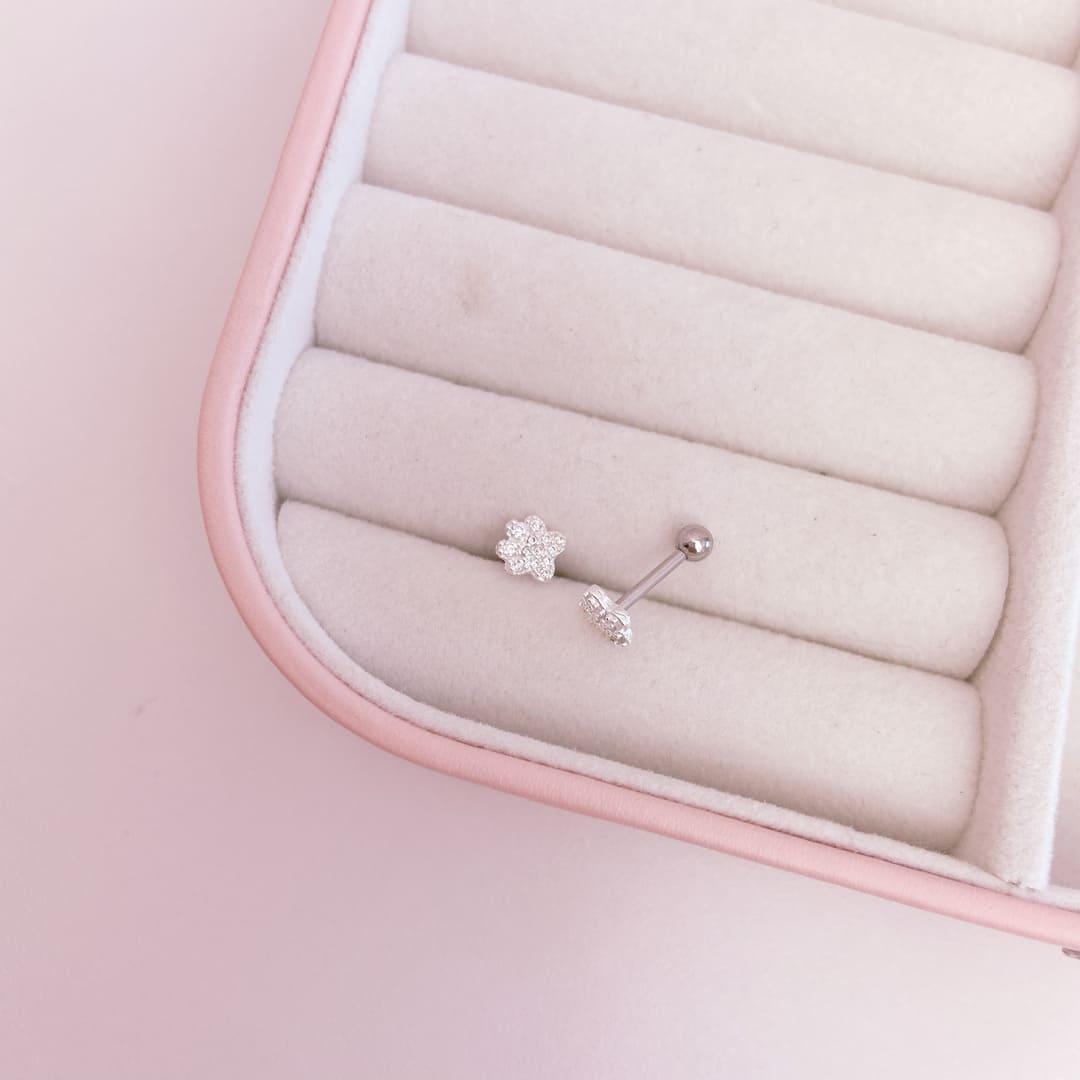 Piercing Flor Cravejada Trágus Prata 925 Aço Cirúrgico