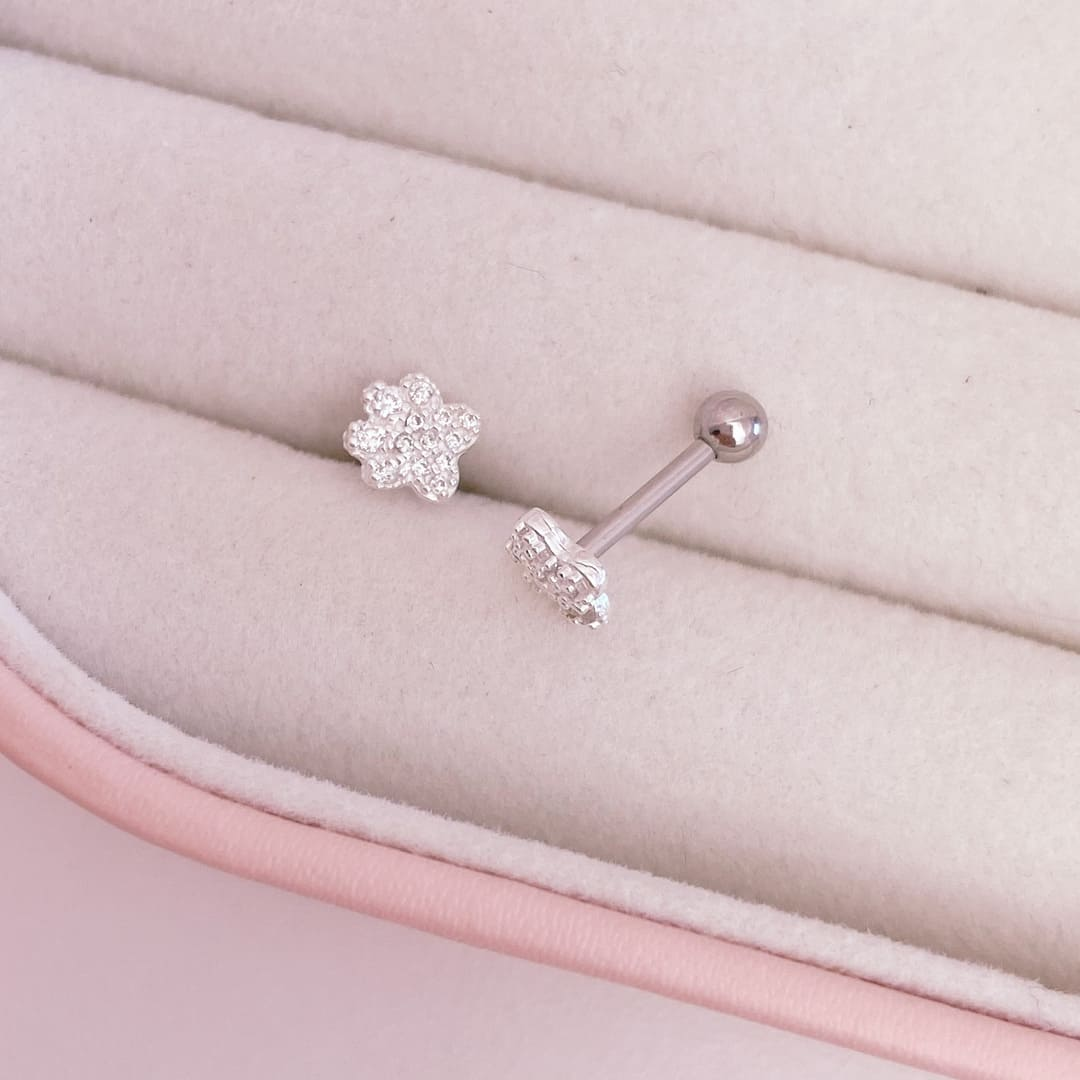 Piercing Flor Cravejada Trágus Prata 925 e Aço Cirúrgico