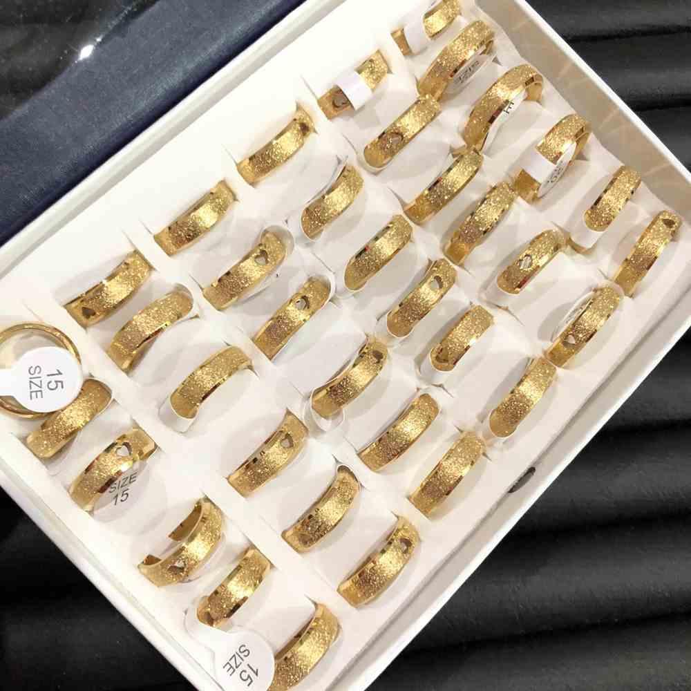 Anel alianças 6mm dourada chanfrada jateada com coração aço inoxidável 316L caixa com 36 unidades alianças atacado