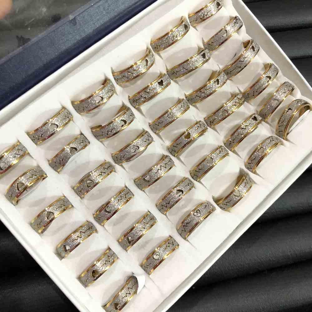 Anel alianças 6mm dourada e prata jateada com coração 316L caixa com 36 unidades alianças atacado