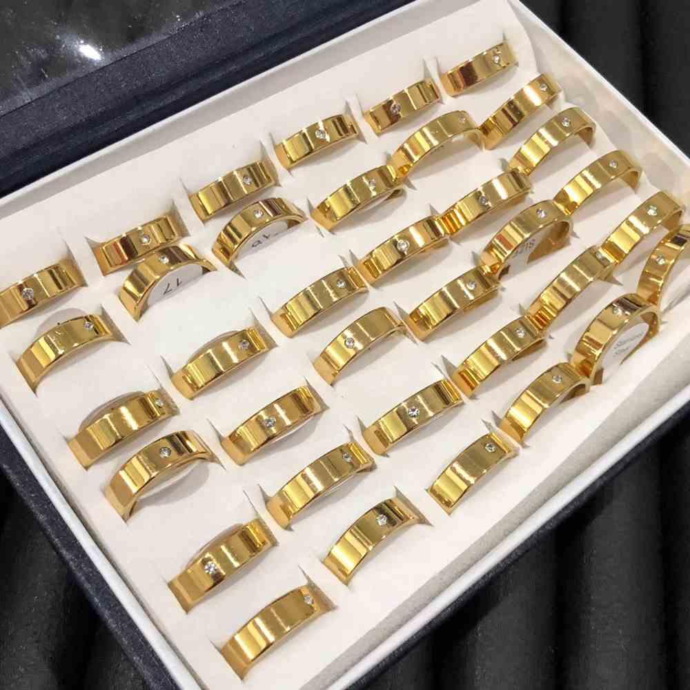Anel alianças 6mm quadrada dourada lisa polida com pedrinha aço inoxidável 316L caixa com 36 unidades alianças atacado