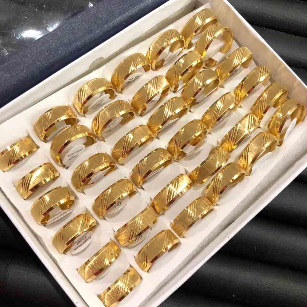 Anel alianças 8mm dourada escovada com frisos transvesal aço inoxidável 316L caixa com 36 unidades alianças atacado