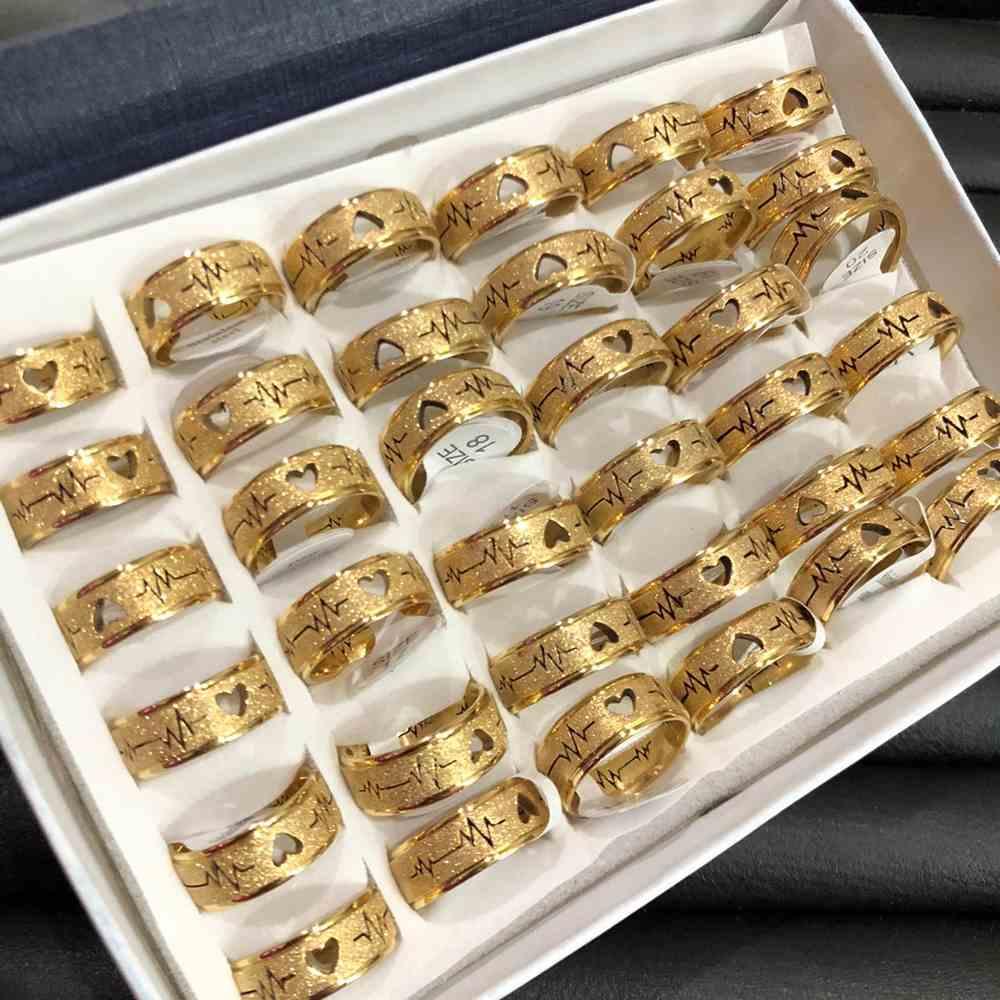 Anel alianças 8mm dourada jateada com coração e batimentos aço inoxidável 316L caixa com 36 unidades alianças atacado
