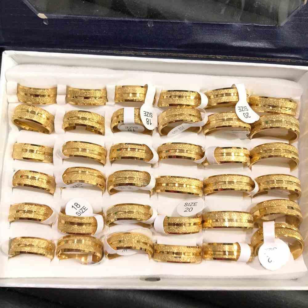 Anel alianças 8mm dourada jateada com friso lateral aço inoxidável 316L caixa com 36 unidades alianças atacado