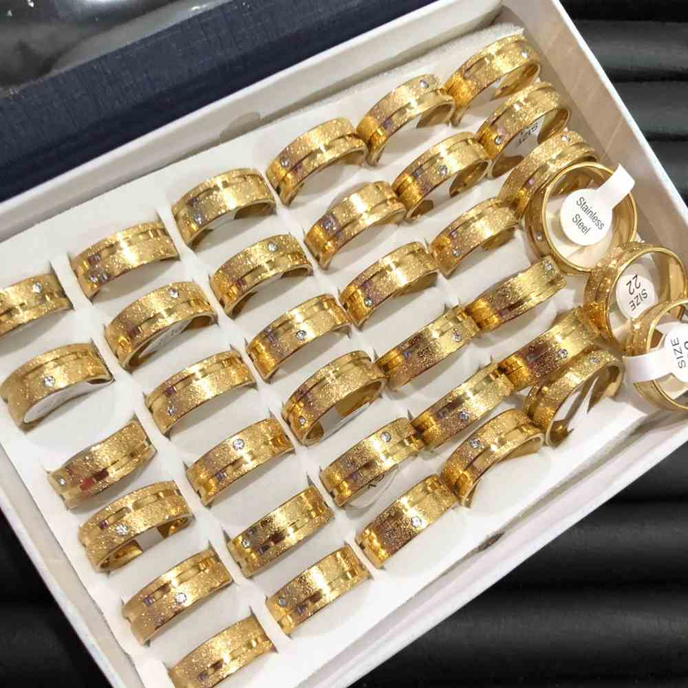 Anel alianças 8mm dourada jateada com pedrinha e friso lateral aço inoxidável 316L caixa com 36 unidades alianças atacado