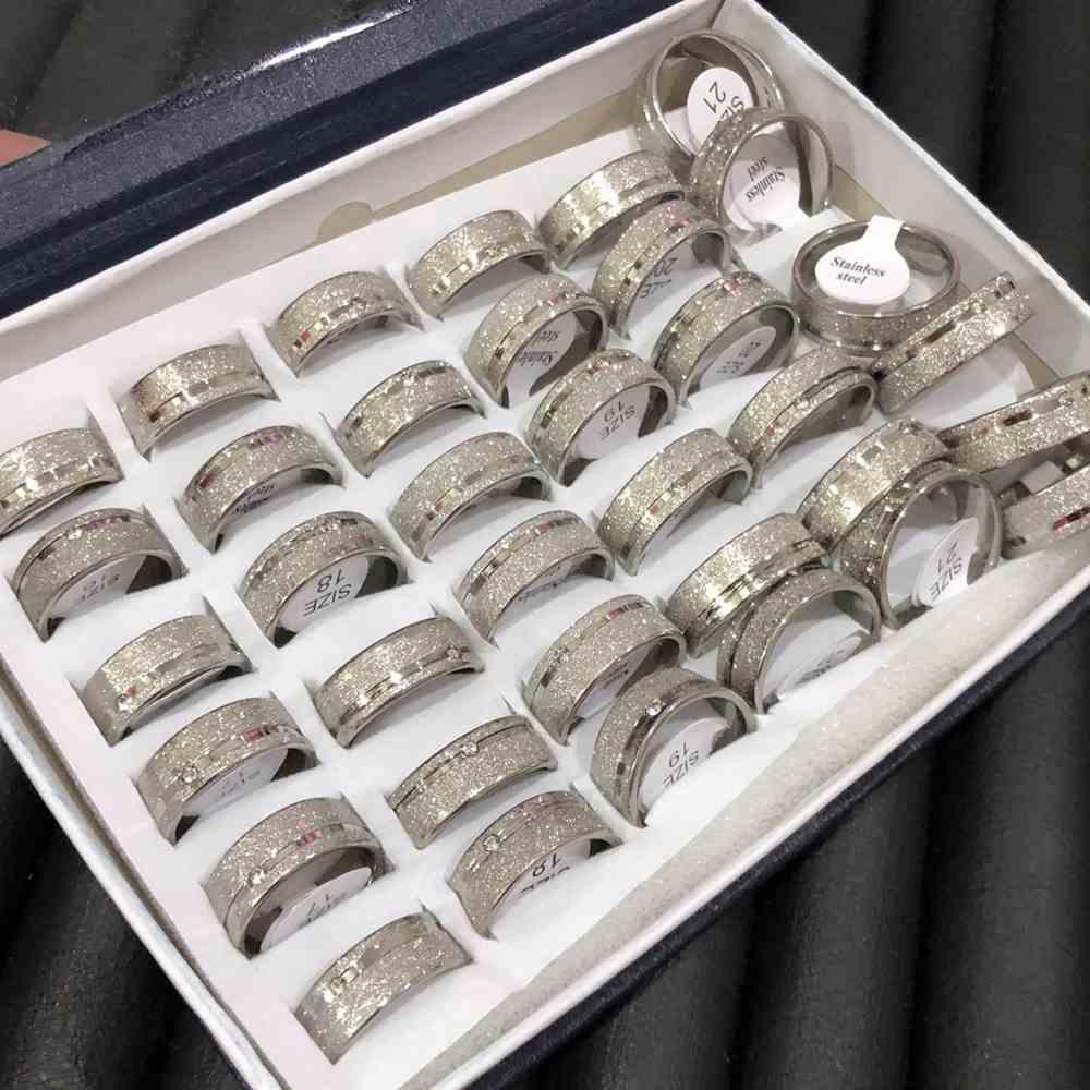 Anel alianças 8mm prata jateada com friso lateral e pedrinha aço inoxidável 316L caixa com 36 unidades alianças atacado