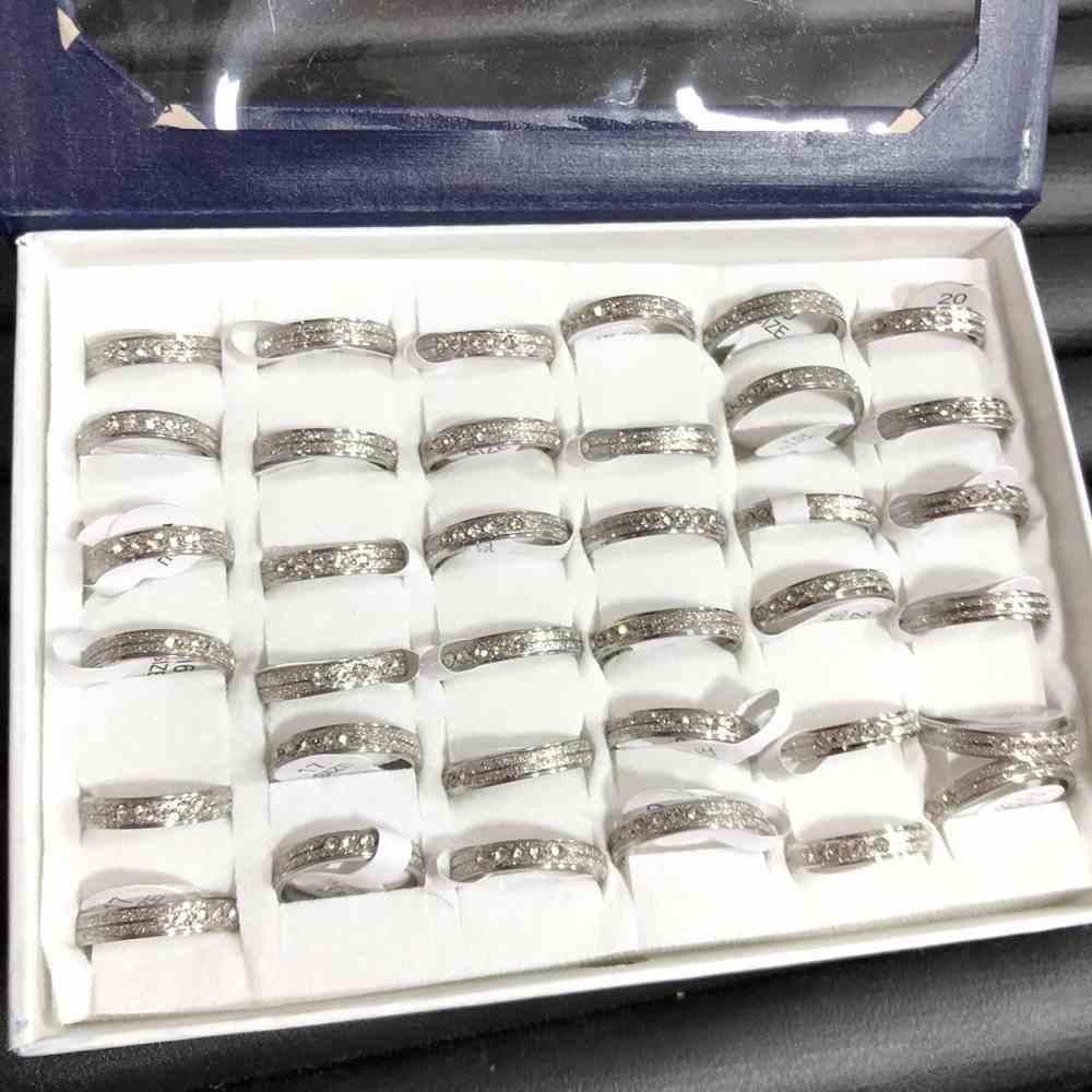 Anel alianças quadrada 4mm jateada com friso e pedrinhas strass prata aço inoxidável 316L caixa com 36 unidades alianças atacado