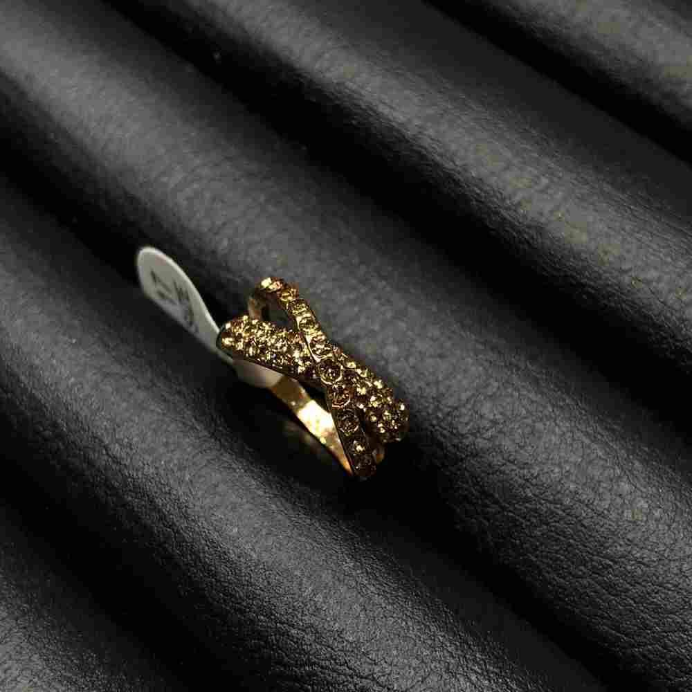 Anel de bijuteria dourado formato x cravejado strass bege