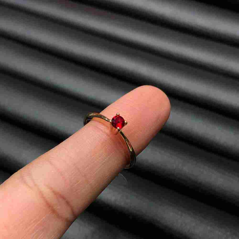 Anel de bijuteria dourado solitário feminino fininho pedra vermelha