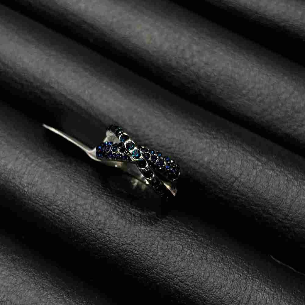 Anel de bijuteria prata formato x cravejado strass azul marinho