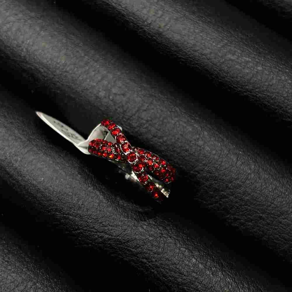 Anel de bijuteria prata formato x cravejado strass vermelho