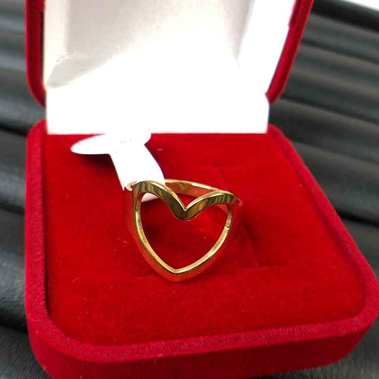 Anel de coração vazado dourado em aço inoxidável