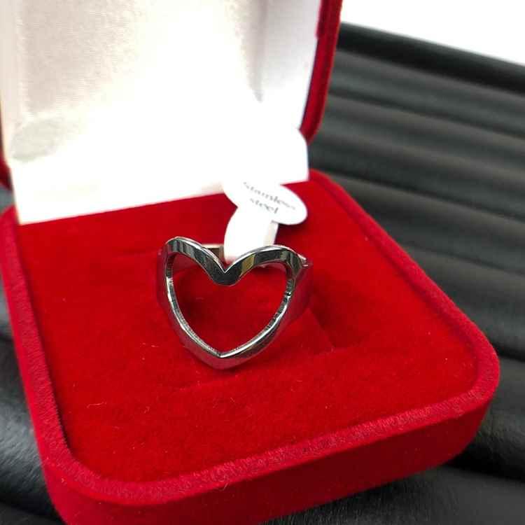 Anel de coração vazado prata em aço inoxidável