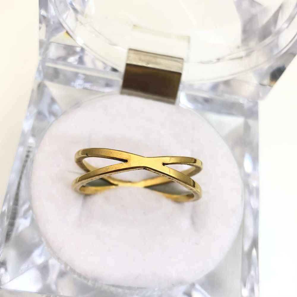 Anel feminino formato X banhado dourado em aço inoxidável