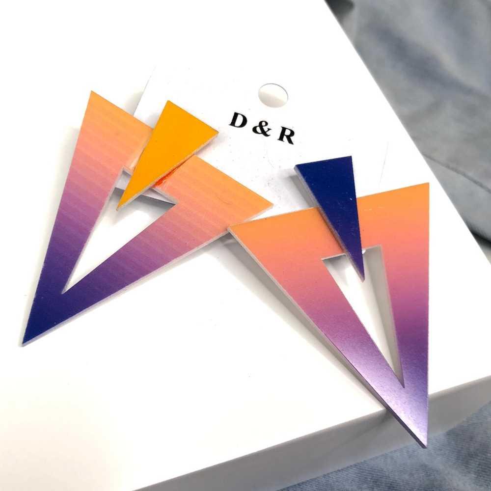 Brinco acrílico geométrico triângulo invertido estilo tie dye coral e roxo