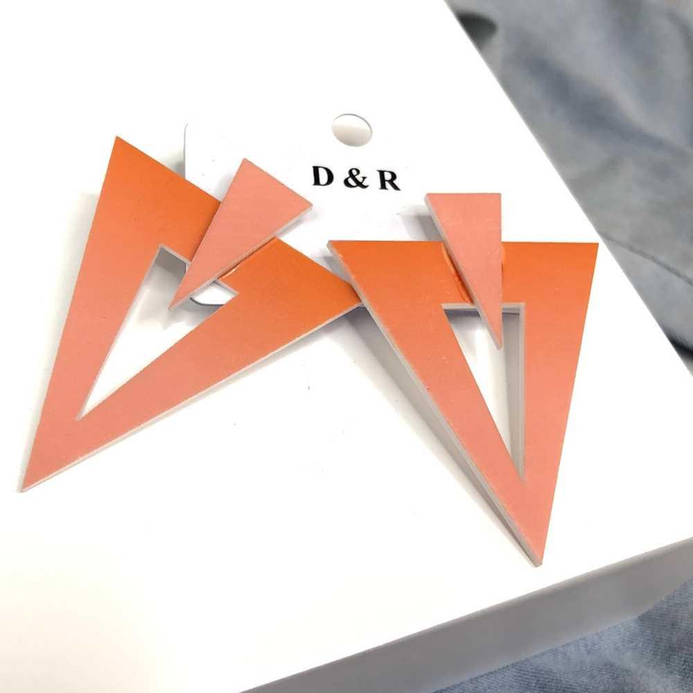 Brinco acrílico geométrico triângulo invertido estilo tie dye coral
