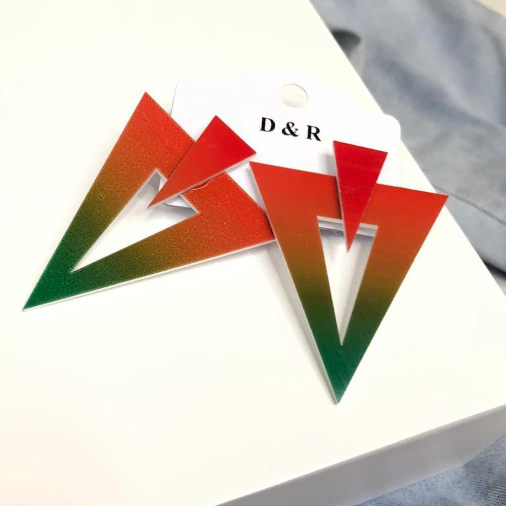 Brinco acrílico geométrico triângulo invertido estilo tie dye vermelho e verde