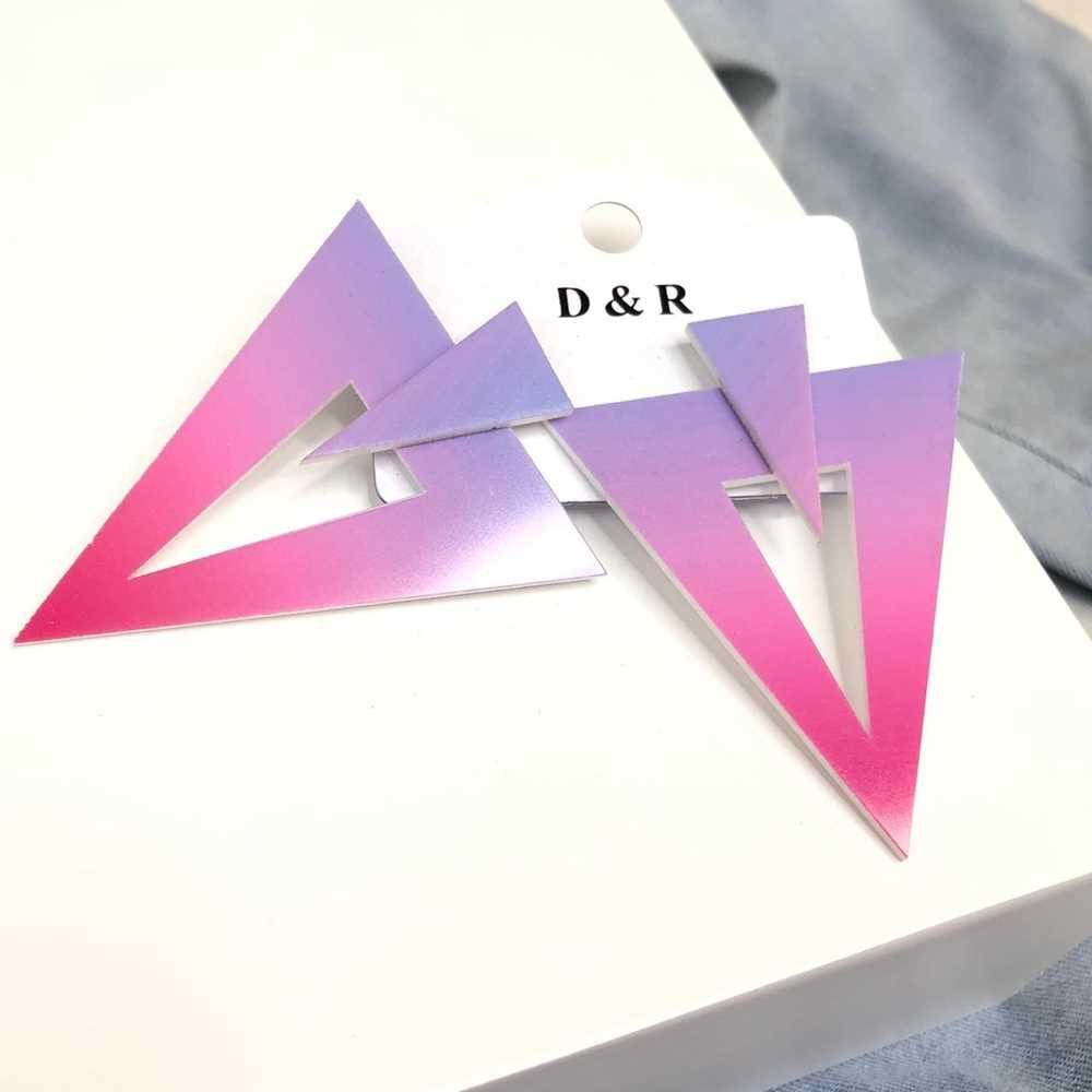 Brinco acrílico geométrico triângulo invertido estilo tie dye roa e lilás