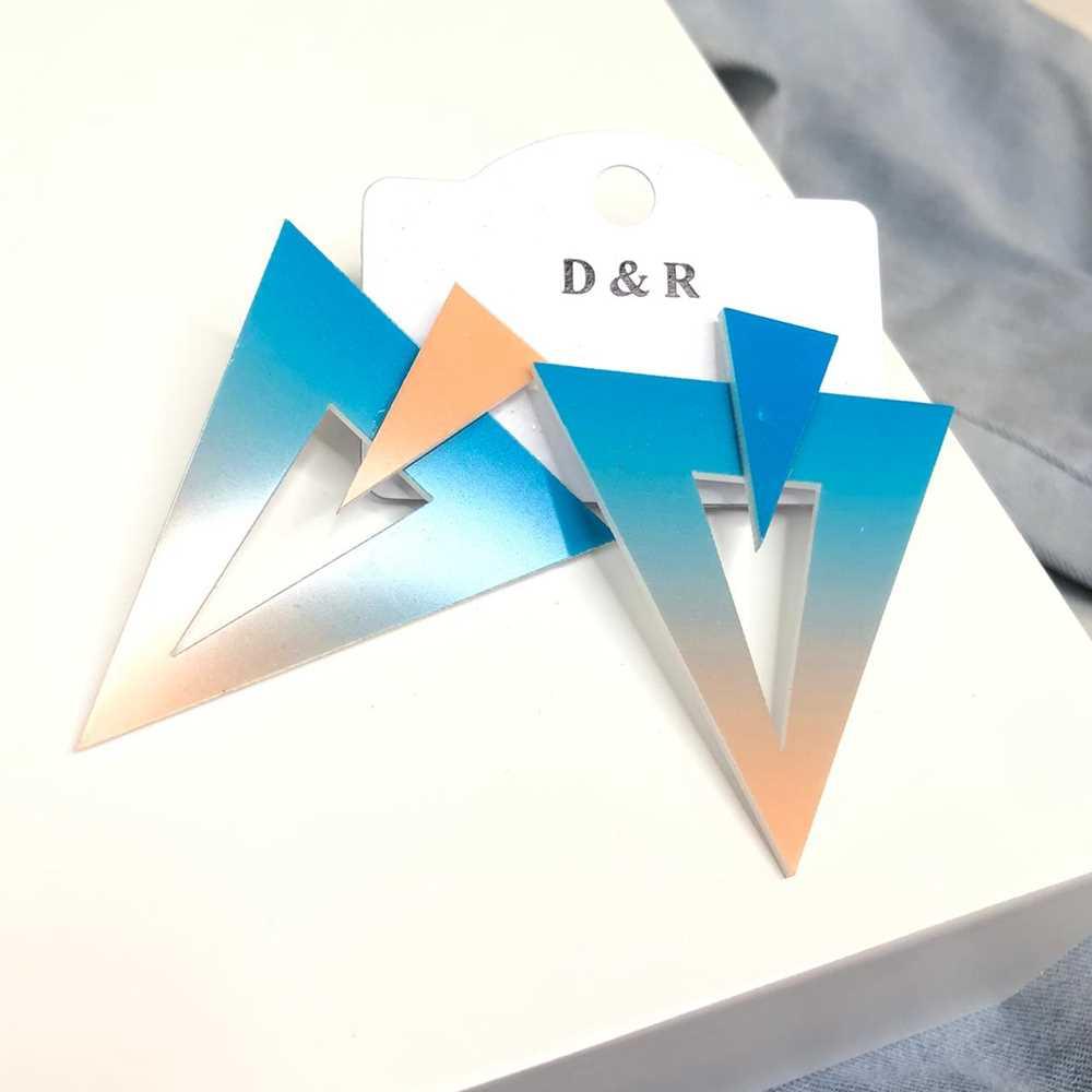Brinco acrílico geométrico triângulo invertido estilo tie dye azul e creme