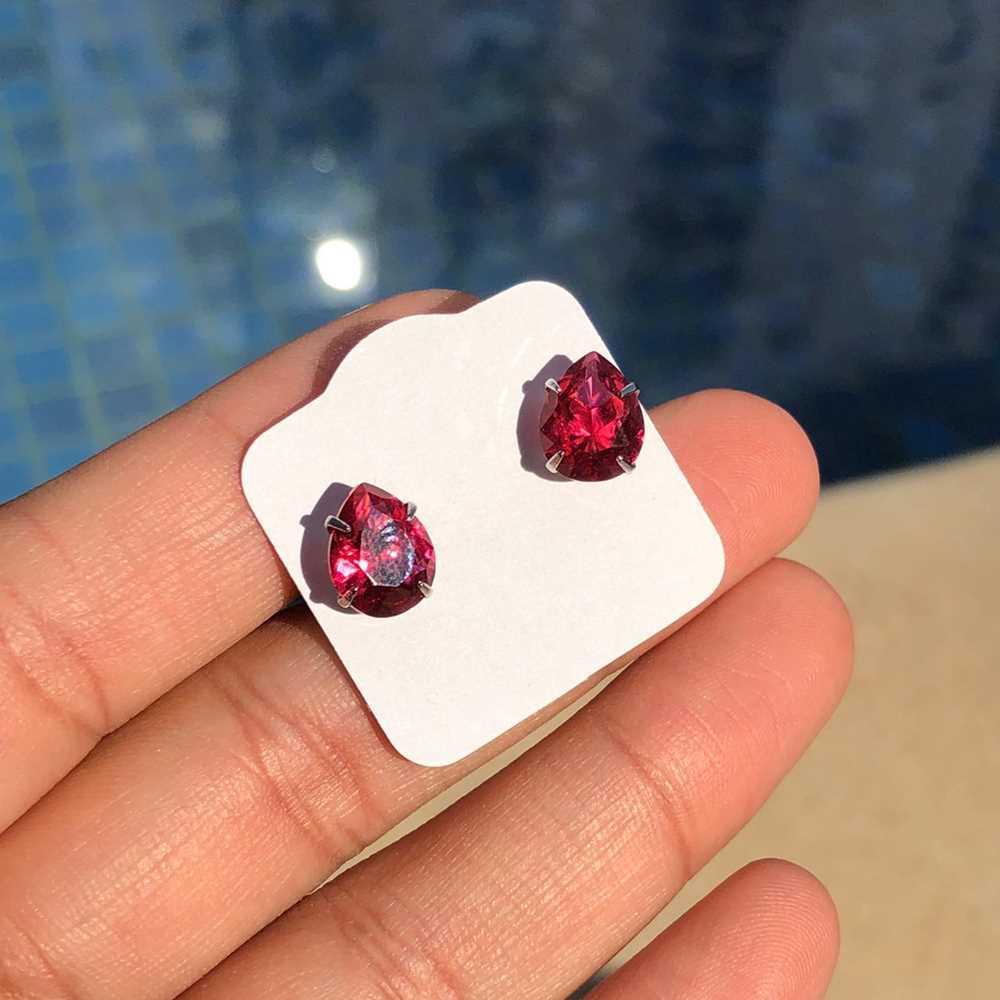 Brinco de aço gotinha vermelho rubi antialérgico