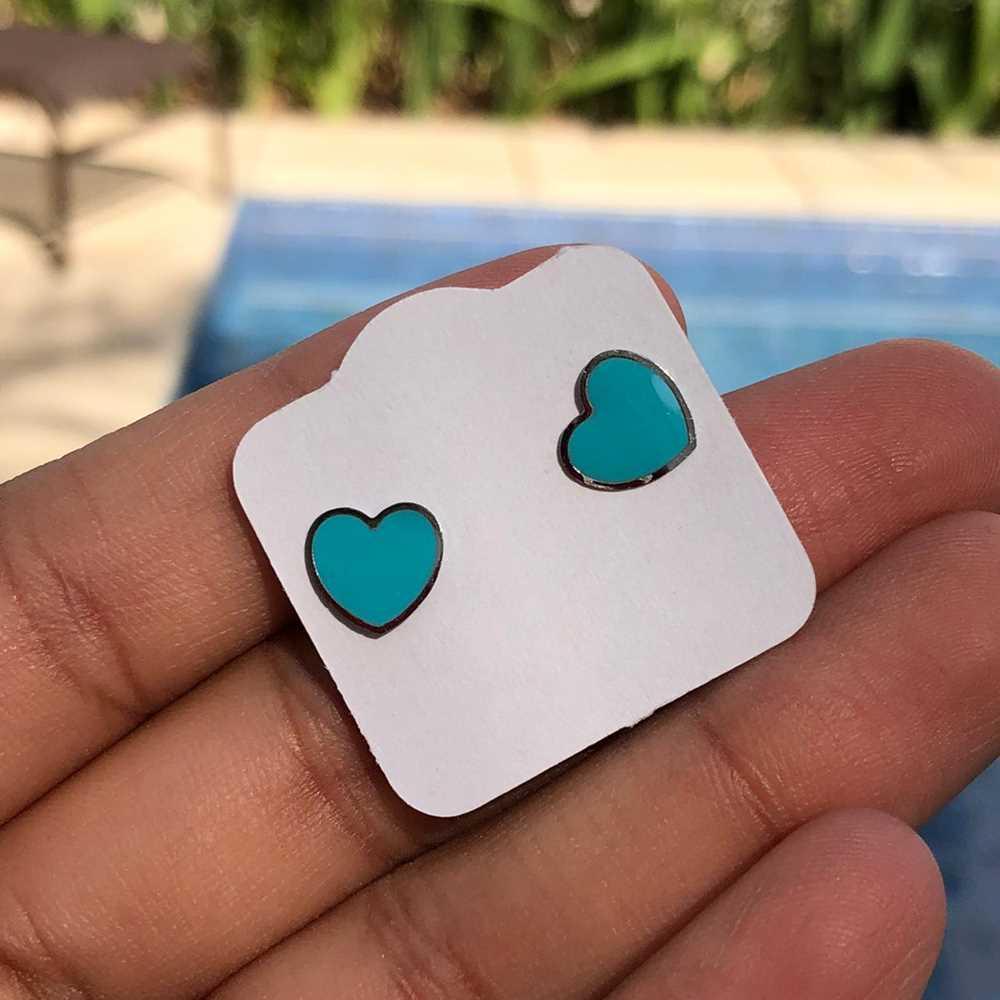 Brinco de aço infantil coração esmaltado azul antialérgico
