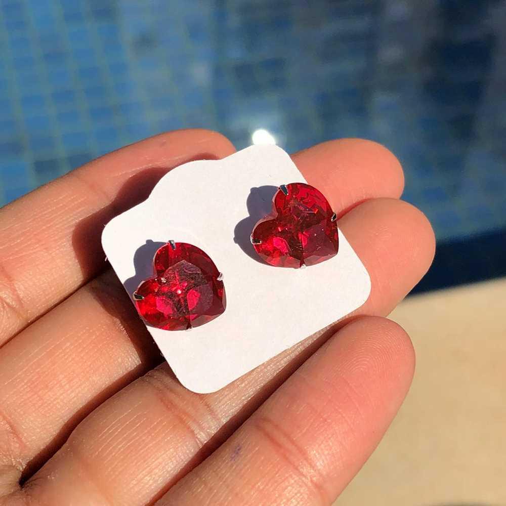 Brinco de aço inoxidável pedra de coração vermelho