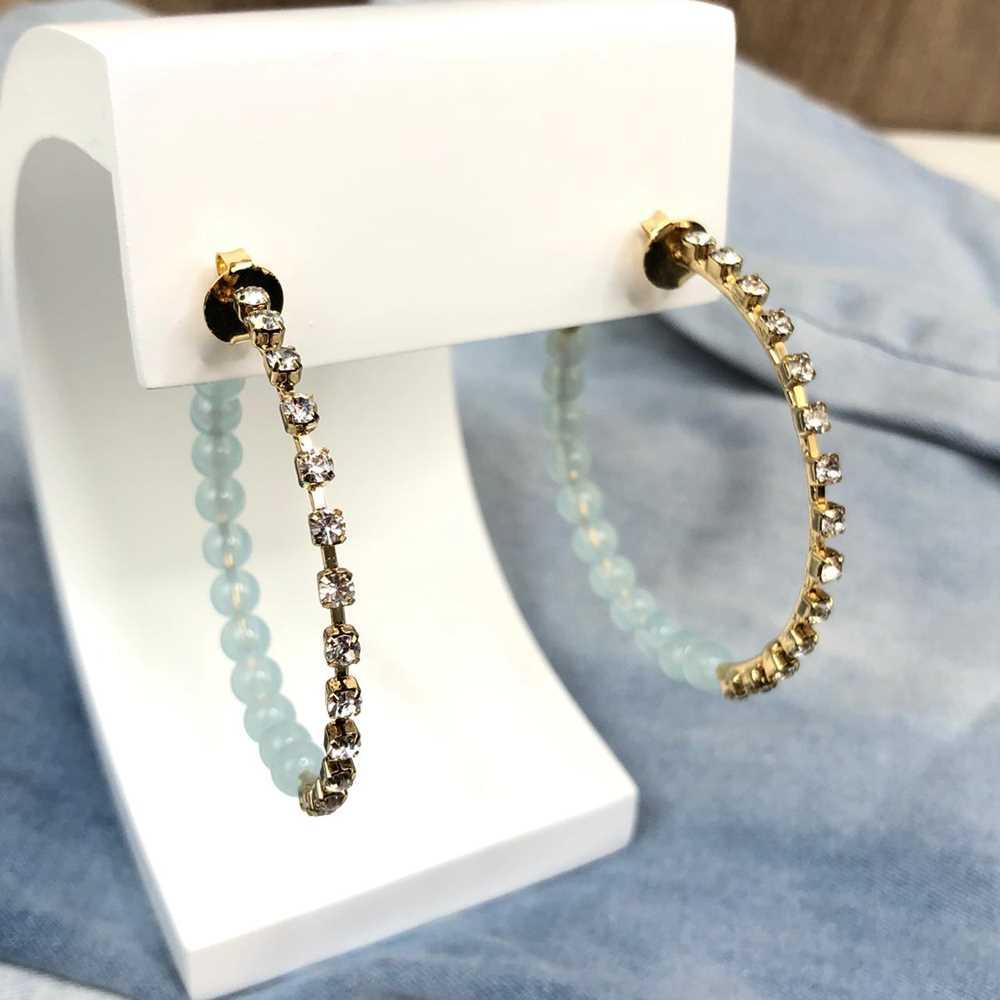 Brinco de argola dourada com esferas azul e strass prata